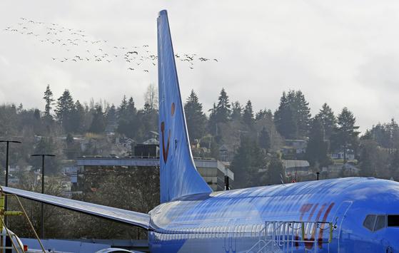 도널드 트럼프 미국 대통령이 13일(현지시간) 최근 5개월 사이에 두 차례 추락사고가 발생한 보잉 737 맥스8 기종의 운항 중단하라는 비상 행정명령을 내렸다고 밝혔다. 미 워싱턴주 렌턴의 보잉사 렌턴 조립공장에 TUI 그룹을 위해 제작 중인 보잉 737 맥스8 여객기가 계류 중이다. [AP 연합뉴스]
