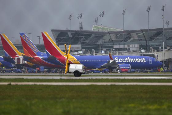 미국 사우스웨스트 항공사가 운항 중인 보잉 737 맥스8 기종이 13일(현지시간) 휴스턴 하비 공항에 착륙하고 있다. 이날 미국도 전세계적인 보잉 737 맥스 운항 중단에 합류했다. [AP=연합뉴스]