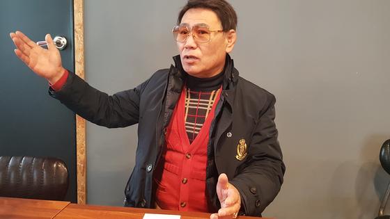 이재만씨가 13일 대구 목욕탕 화재 당시 구조 상황을 설명하고 있다. [연합뉴스]