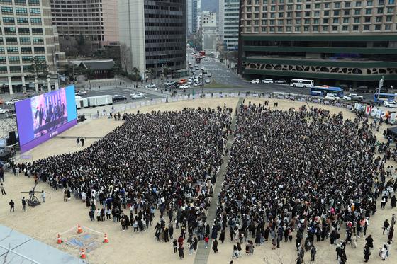 지난 10일 열린 이벤트 '런 아미 인 액션'. 방탄소년단 팬클럽 아미가 서울 시청광장을 가득 메웠다. 김경록 기자