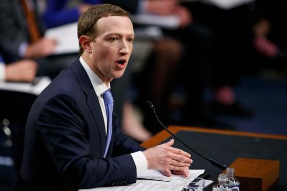 지난해 4월 미국 상원 청문회에서 발언하고 있는 마크 주커버그 페이스북 최고경영자(CEO). [AP=연합뉴스]