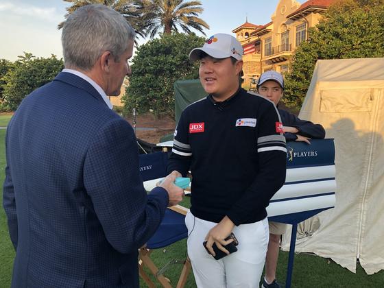 제이 모나한 PGA 투어 커미셔너에게 플레이어스 챔피언십 뱃지를 받는 임성재. [사진 PGA 투어]
