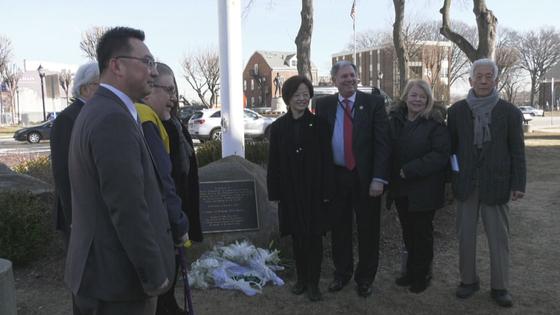 진선미 여성가족부 장관(오른쪽에서 넷째)이 13일(현지시간) 미 뉴저지주 해켄섹의 위안부 기림비에 참배한 뒤 참석자들과 기념사진을 찍었다. 최정 미주중앙일보 기자