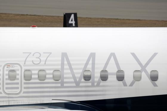 미국 워싱턴주 렌톤 소재 미 항공기제작 보잉사 제조창에 11일(현지시간) 이 회사의 'B737 맥스8' 항공기가 서 있다. [로이터=연합뉴스]