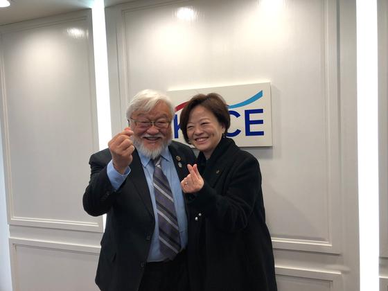 진선미(오른쪽) 여성가족부 장관과 마이크 혼다 전 하원의원이 13일(현지시간) 뉴저지주 포트리의 시민참여센터에서 면담한 뒤 손가락 하트를 만들어보이고 있다. 최정 미주중앙일보 기자