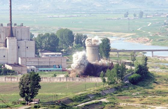 북한은 2008년 6월 비핵화 의지를 밝히기 위해 영변 원자로의 냉각탑을 폭파시켰다. [연합뉴스]