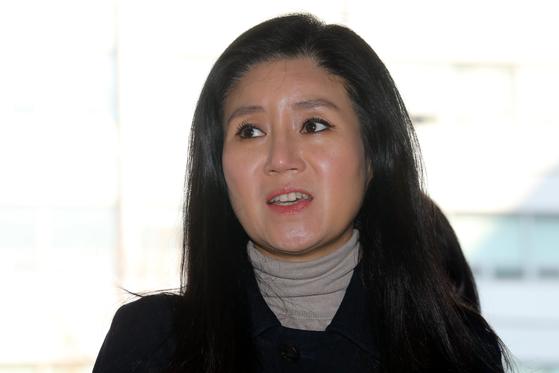 동물 안락사 논란을 빚은 동물권단체 케어 박소연 대표가 14일 오전 서울 종로경찰서에서 피의자 신분으로 출석, 취재진 질문에 답하고 있다. [뉴스1]