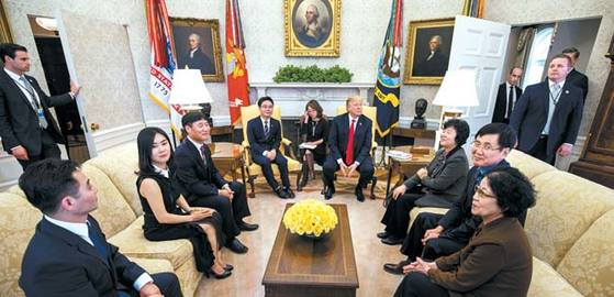 도널드 트럼프 미국 대통령이 2018년 2월 2일 백악관에서 지성호씨 등 탈북자 8명을 초청해 대화를 나눴다. [EPA=연합뉴스]