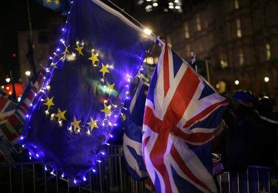 브렉시트 반대 시위대가 EU 깃발과 영국 국기를 들고 있다. [AP=연합뉴스]