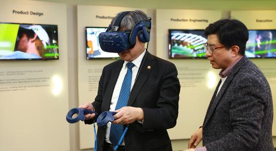 이재갑 고용노동부 장관이 1월 22일 오후 분당 폴리텍 융합기술교육원을 방문해 VR체험을 하고 있다. [고용노동부 제공]