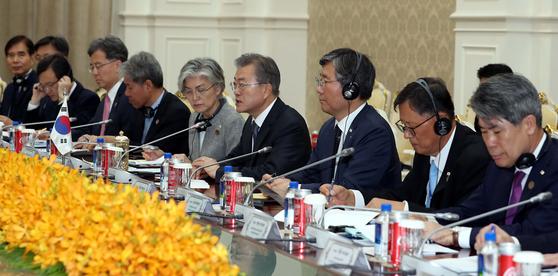 캄보디아를 국빈 방문 중인 문재인 대통령(가운데)이 15일(현지시간) 오전 훈센(Hun Sen) 총리와 캄보디아 총리실에서 정상회담을 갖고 있다. [청와대사진기자단]