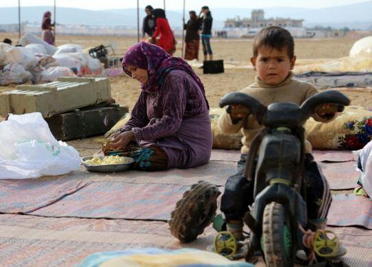 시리아-터키 국경 근교 임시 캠프서 살고 있는 이드리브 난민들. [EPA=연합뉴스]