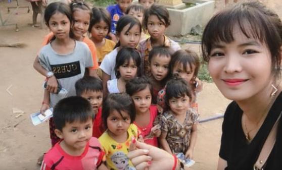 지난 1월 캄보디아 현지에서 어린이들을 만나 후원금을 전하고 격려한 스롱 피아비. [피아비 페이스북]