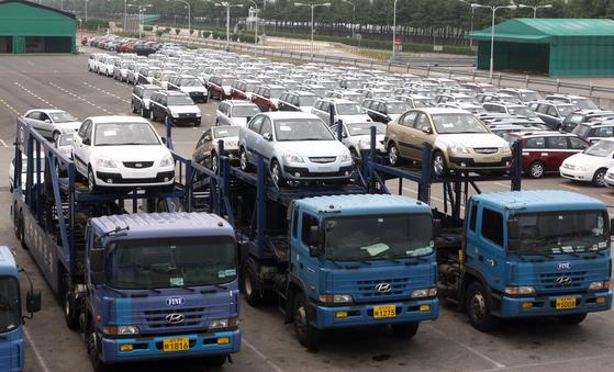화물차들이 기아차 소하리공장에서 출고한 자동차를 운반하고 있다. [중앙포토]