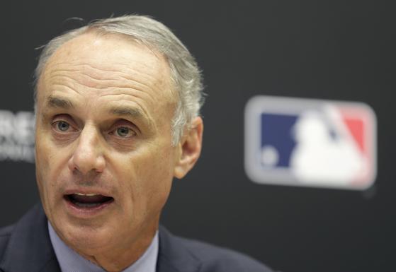 롭 맨프레드 MLB 커미셔너가 지난달 컨퍼런스에서 '20초 투구 룰'에 대해서 설명하고 있다. 이번 룰 개정안에는 20초 투구 룰이 포함되지 않은 대신 다른 스피드업 규정들이 들어갔다. [AP=연합뉴스]