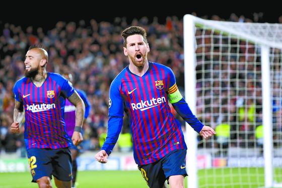 바르셀로나 공격수 메시가 리옹전에서 팀의 세번째 골을 터뜨린 뒤 환호하고 있다. [AP=연합뉴스]