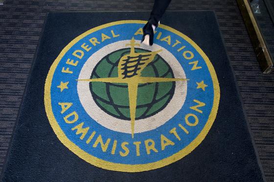 미국 워싱턴의 미 연방항공청 사무실 바닥 카페트에 그려진 연방항공청 로고. [EPA=연합뉴스]