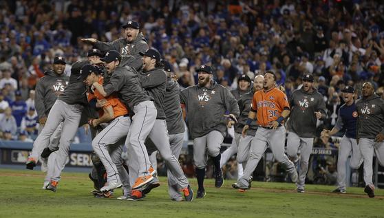 2017년 휴스턴 애스트로 선수들이 월드시리즈 7차전에서 LA 다저스를 꺾고 기뻐하는 장면. [연합뉴스]