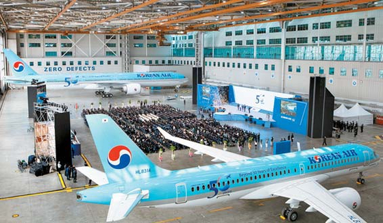 대한항공은 '비전 2023'을 발표하며 새로운 100년의 도약을 추진하고 있다. 사진은 창립 50주년 기념식이 열린 대한항공 격납고 행사장 전경. [사진 대한항공]