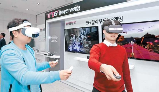 LG유플러스는 AR과 VR 기술을 앞세운 실감형 미디어로 5G 인프라 기반의 미디어 시장에서 확실하게 우위를 점할 계획이다. 사진은 VR게임을 체험하고 있는 고객들. [사진 LG유플러스]