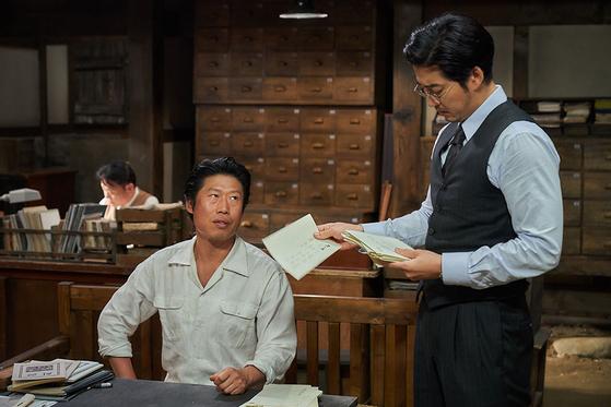 영화 '말모이' 스틸컷. '말모이'는 말 그대로 말을 모은다는 뜻으로, 이름도 일본식으로 바꾸고 우리말도 쓰지 못하게 한 일본에 맞서 우리말을 지키고자 애쓴 조선어학회의 이야기다. [사진 롯데엔터테인먼트]