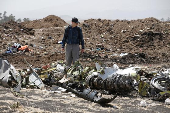 12일 미국인 조사관이 에티오피아항공 소속 보잉 737기 사고 현장을 둘러보고 있다. [로이터=연합뉴스]