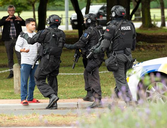 뉴질랜드 크라이스트처치의 마스지드 알 누르 모스크에서 15일(현지시간) 총격 사건이 발생한 직후 무장경찰이 출동, 일반인의 주변 접근을 통제하고 있다. [연합뉴스]