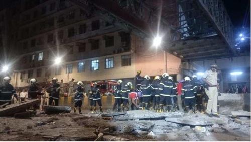 뭄바이의 무너진 육교 현장. [힌두스탄타임스 홈페이지=연합뉴스]