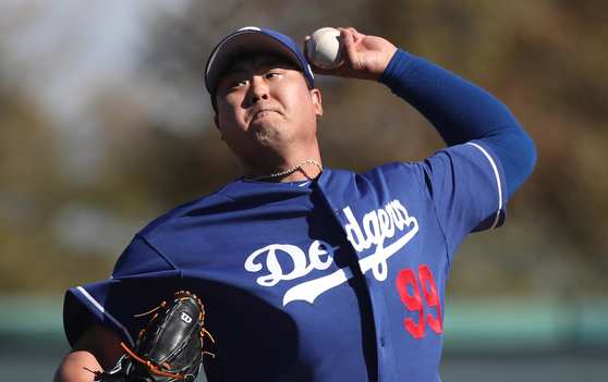 LA 다저스 류현진은 15일 시범경기에서 4이닝 2실점을 기록했다. 사진은 지난달 라이브피칭 장면. [연합뉴스]