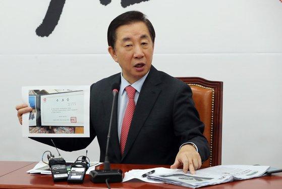 김성태 자유한국당 의원이 지난해 12월 20일 딸 취업특혜 의혹에 반박하며 자료를 보여주고 있다. [중앙포토]