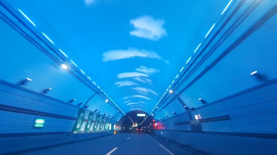인제양양터널은 차로 변경이 허용돼 차선이 점선으로 그어져 있다. [중앙포토]