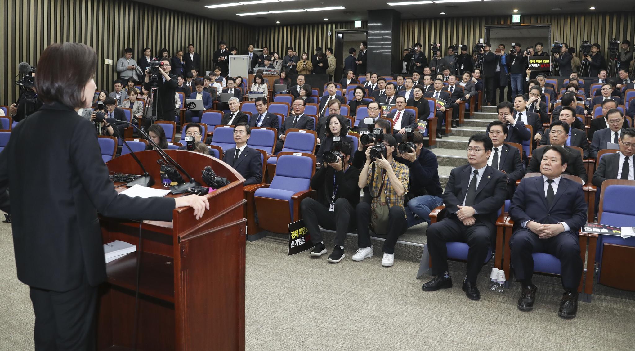 나경원 원내대표를 비롯한 자유한국당 의원들이 15일 오전 국회에서 열린 긴급의원총회에서 모두발언을 하고 있다.  임현동 기자