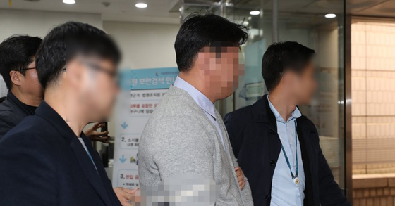 '버닝썬-경찰 유착 고리' 전직 경찰관(가운데). [연합뉴스]