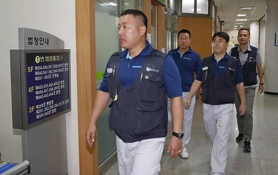 기아차 '통상임금 소송' 변론기일에 출석하는 기아차 노조. [중앙포토]