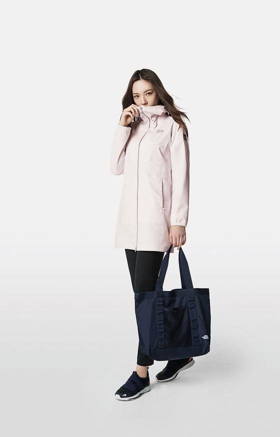 노스페이스 프로텍션 시리즈의 여성용 미세먼지 쉴드 재킷. [사진 영원아웃도어]