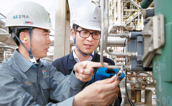 GS칼텍스 직원과 협력업체 직원이 함께 생산시설을 점검하고 있다. GS는 공생발전협의회를 통해 계열 사별 협력회사 동반성장 프로그램 추진 실적을 점검하고 상생 협력을 실천해왔다. [사진 GS그룹]