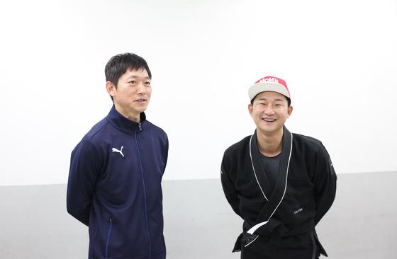 김남일 전 축구대표팀 코치와 제기차기 대결을 한 이천수 실장. [사진 에이치이엔티]
