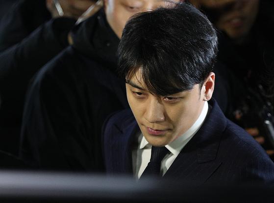 해외 투자자 성접대 의혹을 받고 있는 가수 승리(본명 이승현)가 15일 새벽 서울 종로구 서울지방경찰청에서 피의자 신분 조사를 마친 후 귀가하고 있다. [뉴스1]