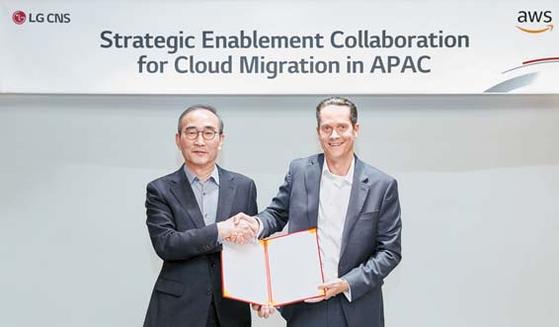 LG CNS 김영섭(왼쪽) 사장과 에드렌타(Ed Lenta) AWS 아시아태평양지역 총괄 디렉터가 전략적 협력 계약을 체결한 후 기념촬영을 하고 있다. [사진 LG CNS]