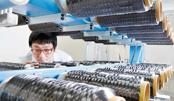 효성첨단소재는 전주의 탄소섬유 생산공장을 증설한다. 완공 후 탄소섬유 생산량은 연 4000t 규모로 늘어난다. 효성 안양기술원에서 연구원이 탄소섬유 제품을 살펴보고 있다. [사진 효성그룹]
