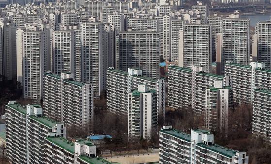 국토교통부가 아파트를 비롯한 전국의 공동주택 공시 예정가격을 14일 오후 6시에 공개했다. 서울의 한 아파트 단지의 모습. 뉴스1