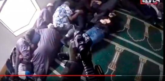 브렌튼 태런트가 이슬람사원에서 사람들에게 총구를 겨누고 있다. [사진 트위터]