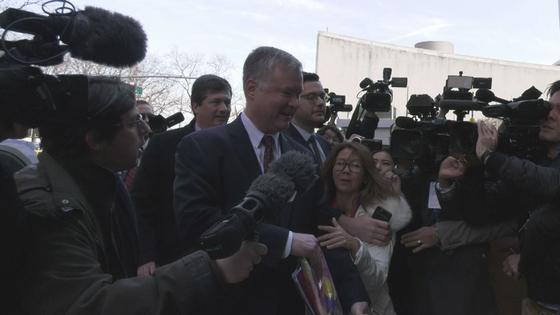 스티븐 비건 미 국무부 대북 특별대표가 14일(현지시간) 뉴욕의 주유엔 미국대표부 앞에서 기자들에게 둘러싸여 있다. 최정 미주중앙일보 기자