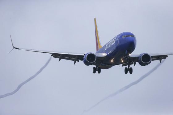 13일 에티오피아항공 추락 비행기와 동일 기종인 보잉737맥스 비행기가 미국 텍사스 하비공항에 착륙하고 있다. [AP=연합뉴스]