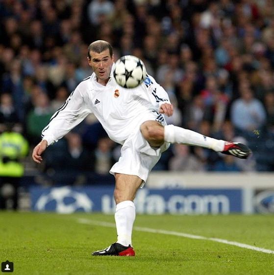 레알 선수 시절인 2002년 유럽 챔피언스리그 결승전에서 돌려차기 발리슛으로 골망을 흔든 지단. [레알 마드리드 인스타그램]