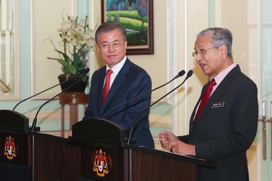 말레이시아를 국빈 방문중인 문재인 대통령이 13일 오후 푸트라자야 총리실에서 마하티르 모하마드 총리와 공동언론발표를 하고 있다. 청와대사진기자단