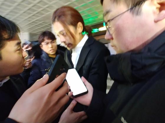 성관계 동영상 불법 촬영·유포 논란을 빚은 가수 정준영이 15일 오전 서울지방경찰청에서 조사를 마친 뒤 급하게 귀가하고있다. 권유진 기자