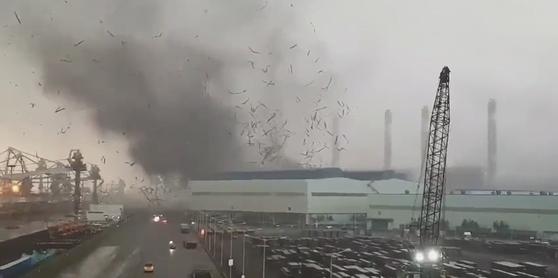 강풍에 날아가는 현대제철 당진제철소 지붕. [연합뉴스]