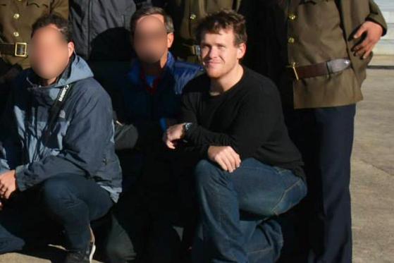 뉴질랜드 모스크 테러범 브렌튼 태런트(38)가 북한 여행 당시 여행객들과 함께 사진을 찍고 있다. [호주 ABC 뉴스]