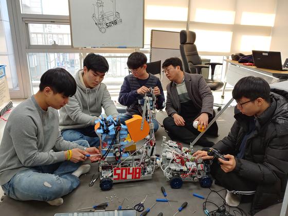 지난달말 경기도 오산 운천고 로봇 동아리 티씨 회원들이 로봇을 만들고 있다. 사진 왼쪽부터 이인우·하수종(졸업)·김희수 학생, 백진범 지도교사(현 타학교 전근), 김현우 학생. 김민욱 기자